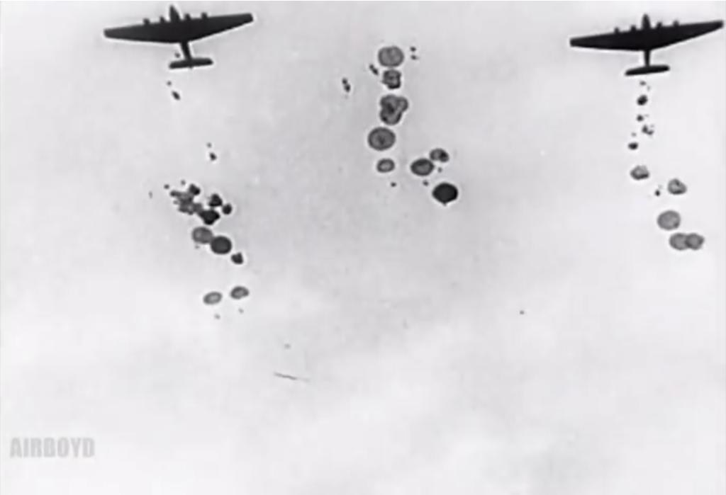 Fotografía de un grupo de paracaidistas rusos saltando desde las alas de un avión durante la segunda guerra mundial.