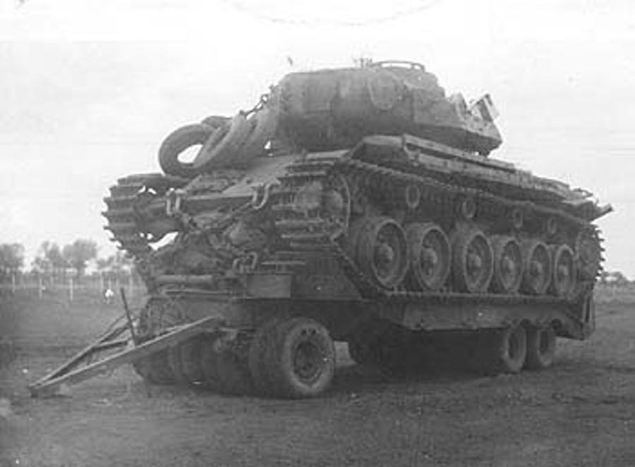 El tanque 169041 siendo remolcado.