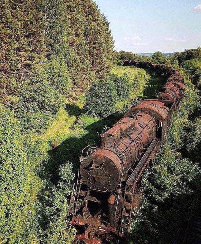 Fotografía de un tren oxidado.