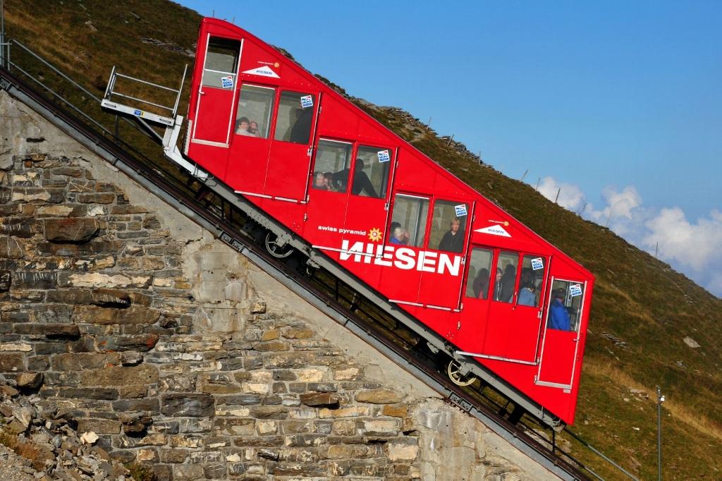 Imagen del largo y lento ascenso del Niesen Funicular en Suiza.