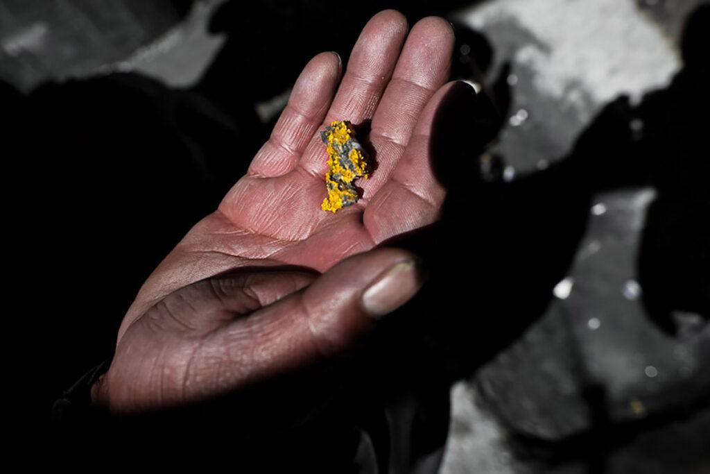 Una pepa de oro en las manos de uno de los trabajadores mineros de La Rinconada.